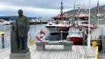 Herr Lindstrøm med to av redningsselskapets flotte båter bak + en liten fiskebåt