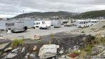 Bobiler an mass ved parkeringen mot sjøen og flere stod utenfor dedikerte plasser