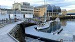 Indre havn og en seilbåt fra Hamburg, Tyskland ligger ved kaia